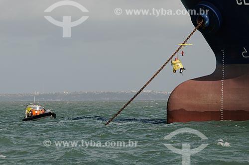 Assunto: Ativista do Greenpeace preso à âncora do navio cargueiro Clipper Hoppe em protesto contra a produção e exportação ilegais de ferro gusa. / Local: São Luís - Maranhão (MA) - Brasil / Data: 05/2012