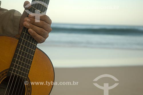 Assunto: Detalhe de mão segurando violão / Local: Rio de Janeiro - Rio de Janeiro (RJ) - Brasil / Data: 05/2010