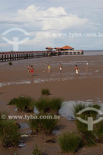 Assunto: Jogo de futebol (futelama) na vazante do Rio Amazonas com o Trapiche Eliezer Levy ao fundo / Local: Macapá - Amapá (AP) - Brasil / Data: 04/2012