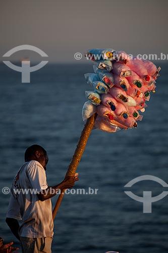 Assunto: Homem vendendo algodão doce na praia / Local: Rio de Janeiro - Rio de Janeiro (RJ) - Brasil / Data: 04/2012