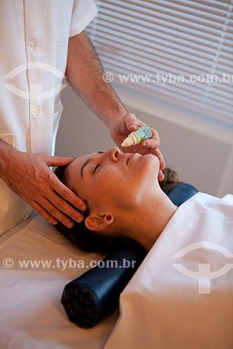 Assunto: Terapia Ayurvédica  -  Nasya com óleo medicado  (Terapia de desobstrução das vias aéreas)  / Local: Rio de Janeiro - Rio de Janeiro  (RJ) - Brasil / Data: 05/2012