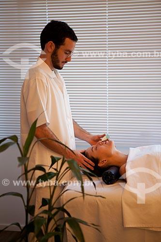 Assunto: Terapia Ayurvédica  -  Nasya com óleo medicado  ( Terapia de desobstrução das vias aéreas )  / Local: Rio de Janeiro - Rio de Janeiro (RJ)  - Brasil / Data: 05/2012