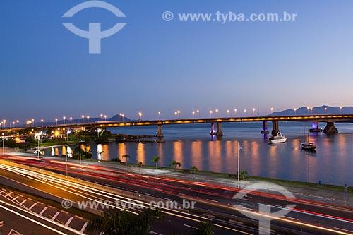 Assunto: Ponte Colombo Salles (1975) ao anoitecer / Local: Florianópolis - Santa Catarina (SC) - Brasil / Data: 07/2012
