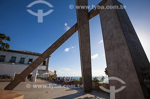 Assunto: Praça da Cruz Caída - Monumento Cruz caída (1999) de Mário Cravo  / Local: Praça da Sé - Salvador - Bahia (BA) - Brasil / Data: 07/2012