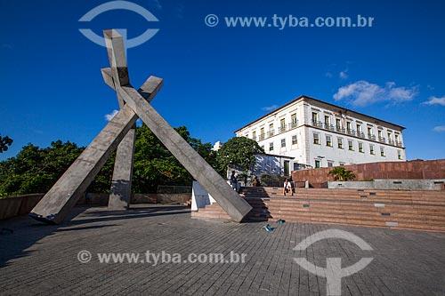 Assunto: Praça da Cruz Caída - Monumento Cruz caída (1999) de Mário Cravo com Palácio do Arcebispado de Salvador ao fundo / Local: Praça da Sé - Salvador - Bahia (BA) - Brasil / Data: 07/2012