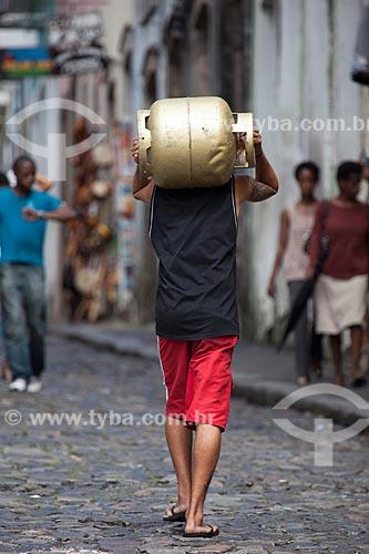 Assunto: Homem transportando botijão de gás / Local: Pelourinho - Salvador - Bahia (BA) - Brasil / Data: 07/2012