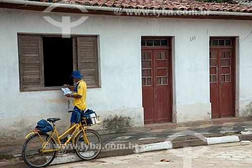 Assunto: Carteiro entregando correspondência em residência / Local: Sete Barras - São Paulo (SP) - Brasil / Data: 02/2012