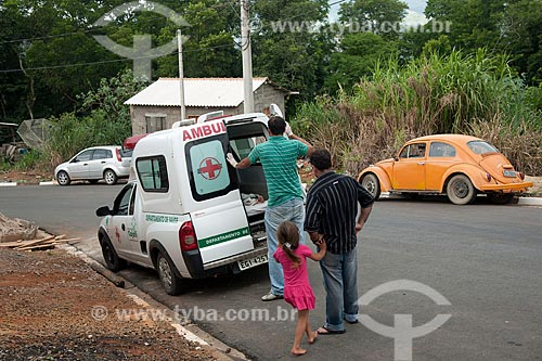 Assunto: Ambulância do serviço médico da prefeitura de Cajati socorrendo doente na periferia da cidade / Local: Cajati - São Paulo (SP) - Brasil / Data: 01/2012