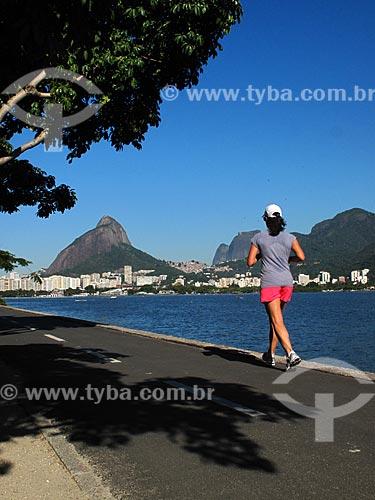 Assunto: Mulher correndo na ciclovia da Lagoa Rodrigo de Freitas com Morro Dois Irmãos e Pedra da Gávea ao fundo / Local: Lagoa - Rio de Janeiro (RJ) - Brasil / Data: 08/2012
