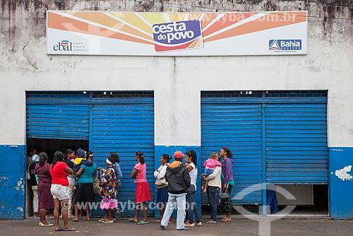 Assunto: Pessoas aguardando para receber cesta básica - Cesta do Povo - Programa de distribuição de alimentos do Governo da Bahia através da Ebal - Empresa Bahiana de Alimentos / Local: Cruz das Almas - Bahia (BA) - Brasil / Data: 07/2012
