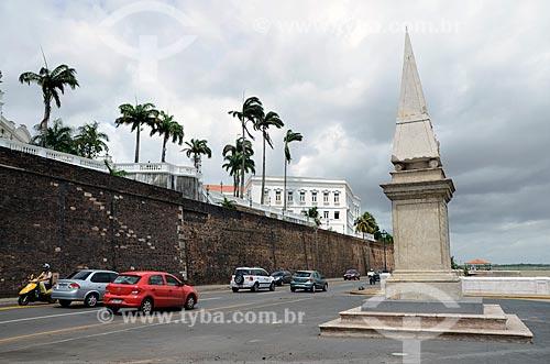 Muralha do Forte de São Luís do Maranhão onde fica localizado o Palácio dos Leões sede do Governo Estadual e à direita a Pedra da Memória ou Baluarte de São Cosme e Damião que é um obelisco datado de 1841 em homenagem à maioridade do imperador D. Pedro II  - São Luís - Maranhão - Brasil