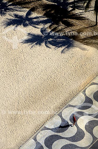 Assunto: Vista aérea de pessoa caminhando no calçadão da Praia de Copacabana / Local: Rio de Janeiro  -  Rio de Janeiro (RJ) - Brasil / Data: 03/2012