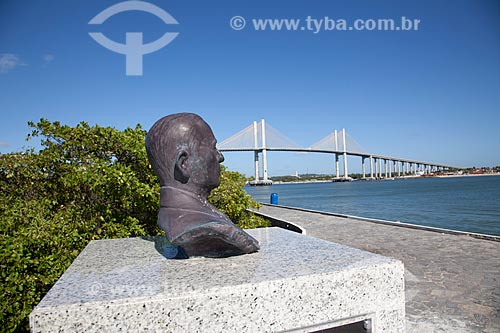 Assunto: Busto de Othoniel Menezes - poeta e escritor potiguar - com a Ponte Newton Navarro ao fundo / Local: Natal - Rio Grande do Norte (RN) - Brasil / Data: 07/2012