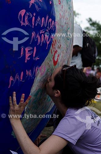 Assunto: Participante da Cúpula dos Povos durante a Rio+20 beijando a bola inflável representando o globo terrestre / Local: Rio de Janeiro - Rio de Janeiro (RJ) - Brasil / Data: 07/2012