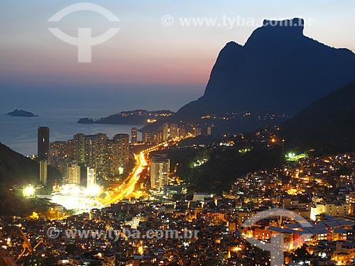 Assunto: Vista noturna da Favela da Rocinha com Pedra da Gávea ao fundo / Local: São Conrado - Rio de Janeiro (RJ) - Brasil / Data: 09/2012