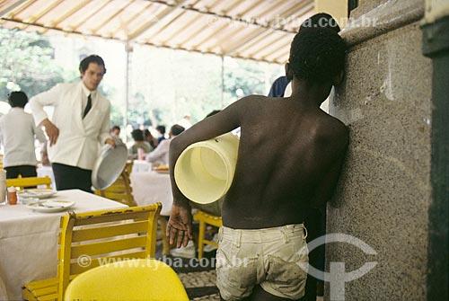 Assunto: Menino de rua observando clientes de restaurante / Local: Rio de Janeiro (RJ) - Brasil / Data: Década de 90