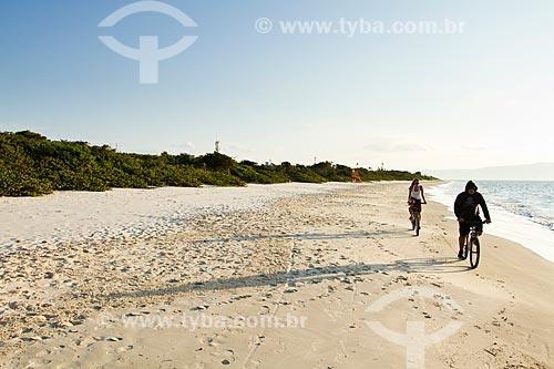 Assunto: Casal andando de bicicleta na Praia da Daniela / Local: Florianopolis - Santa Catarina state (SC) - Brazil / Data: 08/2012