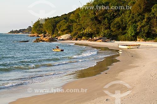 Assunto: Pescador em barco na Praia da Daniela / Local: Florianópolis - Santa Catarina (SC) - Brasil / Data: 08/2012