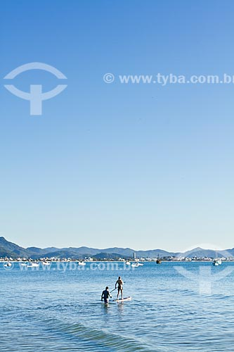 Assunto: Mulher jovem remando stand up paddle surf na Praia de Ponta das Canas / Local: Ponta das Canas - Santa Catarina (SC) - Brasil / Data: 09/2012