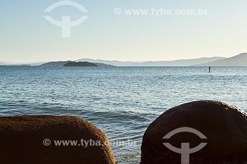 Assunto: Silhueta de homem remando stand up paddle surf na Praia de Ponta das Canas / Local: Ponta das Canas - Santa Catarina (SC) - Brasil / Data: 09/2012