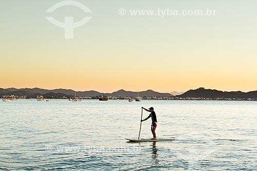 Assunto: Homem remando stand up paddle surf na Praia de Ponta das Canas / Local: Ponta das Canas - Santa Catarina (SC) - Brasil / Data: 09/2012