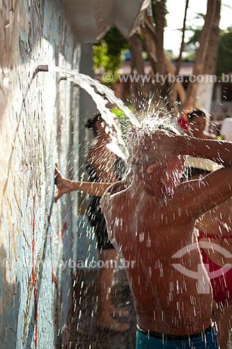 Assunto: Pessoas tomando banho na fonte de água termal e terapêutica em Caldas do Jorro  - estância hidromineral no sertão baiano / Local: Tucano - Bahia (BA) - Brasil / Data: 06/2012