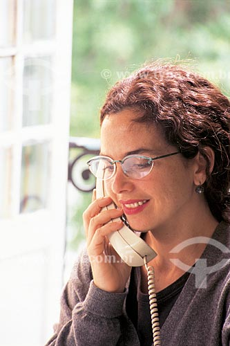 Assunto: Mulher falando ao telefone / Local: Estúdio / Data: 2001