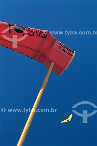 Assunto: Biruta e Asa-Delta ao fundo / Local: São Conrado - Rio de Janeiro (RJ) - Brasil / Data: 2001