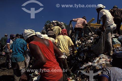 Assunto: Pessoas coletando materiais em lixão / Local: Rio de Janeiro (RJ) - Brasil / Data: 04/2010