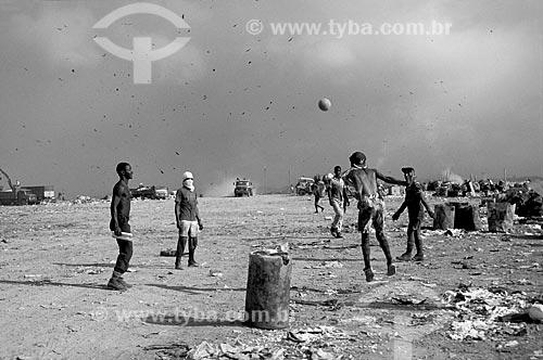 Assunto: Coletores jogando futebol no aterro sanitário / Local: Natal - Rio Grande do Norte (RN) - Brasil / Data: 02/2010