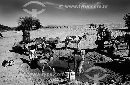 Assunto: Pessoas cavando um leito de rio seco, em busca de um pouco de água / Local: Paraíba (PB) - Brasil / Data: 01/2010