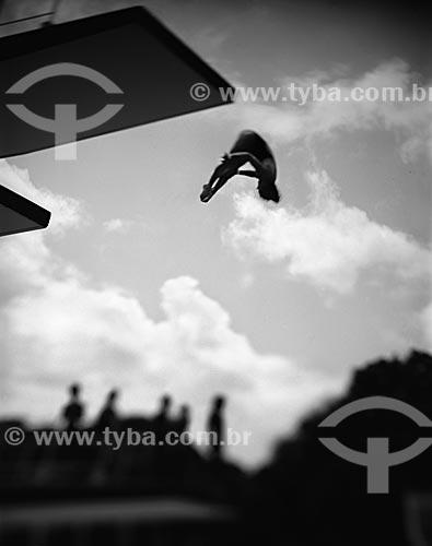 Assunto: Mulher saltando de trampolim / Local: Rio de Janeiro (RJ) - Brasil / Data: 09/2012