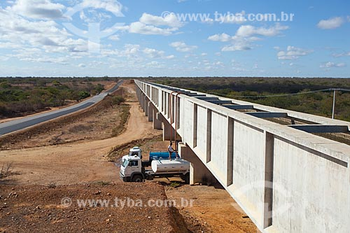 Assunto: Homem abastecendo Caminhão da Operação Pipa através de mangueira conectada ao aqueduto do canal do Projeto Pontal / Local: Petrolina - Pernambuco (PE) - Brasil / Data: 06/2012
