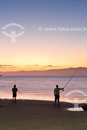 Assunto: Homens pescando ao pôr do sol na Praia da Daniela / Local: Florianópolis - Santa Catarina (SC ) - Brasil / Data: 10/2012