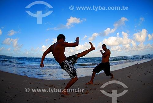 Assunto: Homens jogando capoeira na Praia Scar Reef  / Local: Camaçari - Bahia (BA) - Brasil / Data: 08/2009
