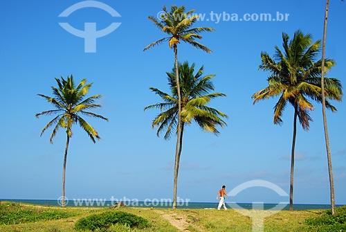 Assunto: Homem caminhando na Praia Scar Reef / Local: Camaçari - Bahia (BA) - Brasil / Data: 08/2009