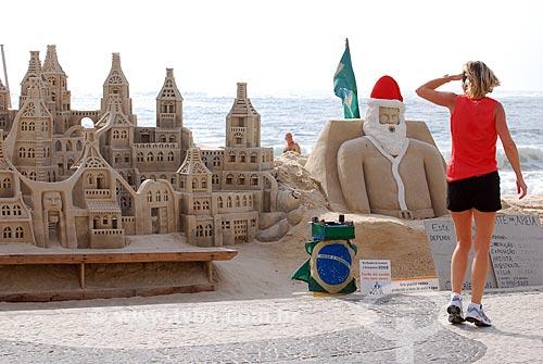 Assunto: Mulher olhando escultura de areia / Local: Copacabana - Rio de Janeiro (RJ) - Brasil / Data: 12/2008