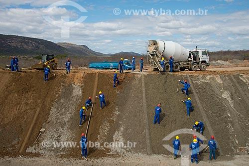 Assunto: Operários colocando solo cimento no canal no lote 2 do eixo norte -  Projeto de Integração do Rio São Francisco com Bacias Hidrográficas do Nordeste Setentrional / Local: Salgueiro - Pernambuco (PE) - Brasil / Data: 08/2012