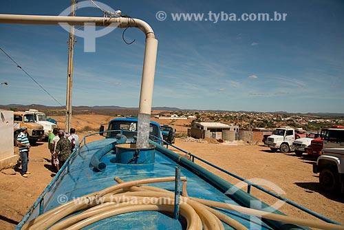Assunto: Abastecimento de caminhão pipa para a distribuição de água para a população da zona rural / Local: Salgueiro - Pernambuco (PE) - Brasil / Data: 08/2012