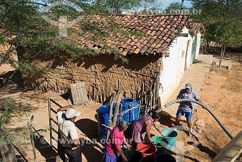 Assunto: Caminhão da Operação Pipa distribuindo água para a população do distrito de Montevideu município de Salgueiro / Local: Salgueiro - Pernambuco (PE) - Brasil / Data: 08/2012