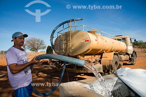Assunto: Cisterna de casa no município de Salgueiro sendo abastecida com água trazida por caminhão da Operação Pipa / Local: Salgueiro - Pernambuco (PE) - Brasil / Data: 08/2012