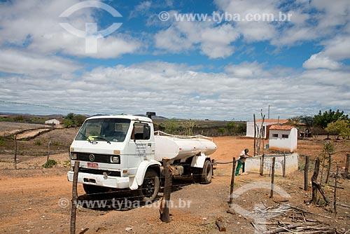 Assunto: Cisterna de casa na zona rural de Serra Talhada  sendo abastecida com água trazida por caminhão da Operação Pipa / Local: Serra talhada - Pernambuco (PE) - Brasil / Data: 08/2012