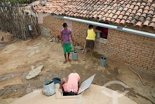 Assunto: População do município de Verdejante pegando água em cisterna / Local: Verdejante - Pernambuco (PE) - Brasil / Data: 08/2012