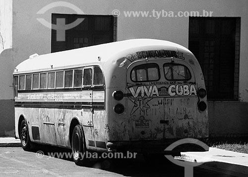 Assunto: Ônibus estacionado em uma rua de Havana / Local: Havana - Cuba - América Central / Data: 06/2004