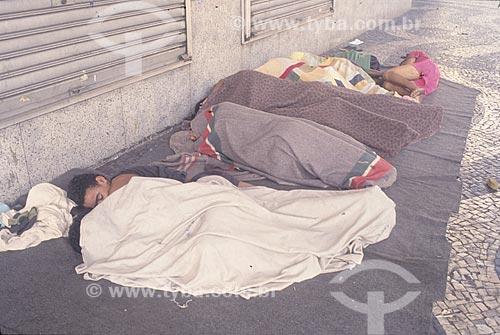 Assunto: Moradores de Rua dormindo em frente a estabelecimento comércial / Local: Rio de Janeiro (RJ) - Brasil / Data: Década de 90