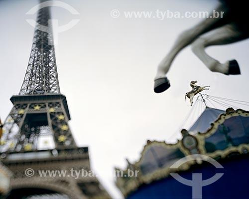Assunto: Torre Eiffel (1889) e um Carrossel / Local: Paris - França - Europa / Data: 12/2008