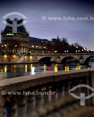 Assunto: Ponte Royal (1689) - uma das pontes que cruzam o Rio Sena para acesso ao Museu do Louvre / Local: Paris - França - Europa / Data: 12/2008