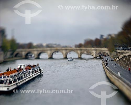Assunto: Barco no Rio Sena com a Ponte Ponte Royal (1689) ao fundo / Local: Paris - França - Europa / Data: 12/2008
