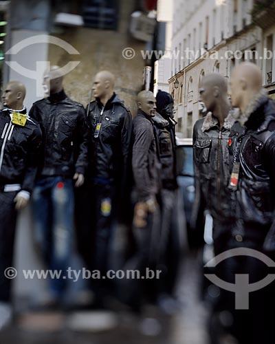 Assunto: Manequins em frente a uma loja de Roupas de Paris / Local: Paris - França - Europa / Data: 12/2008
