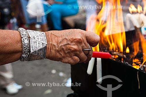 Assunto: Devoto acendendo vela no Dia de São Jorge - Igreja de São Jorge - Campo de Santana / Local: Centro - Rio de Janeiro (RJ) - Brasil / Data: 04/2012